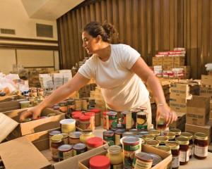 mormona-organizando-alimentos