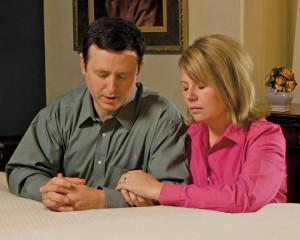 pareja-mormona-orando
