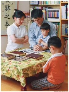 familia mormona orando