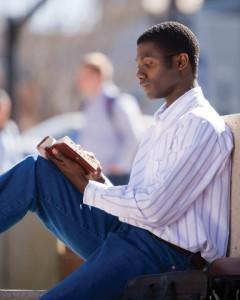 mormón leyendo y estudiando escrituras
